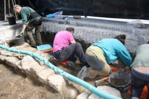 Arrasateko San Joan elizan Erdi Aroko nekropolia topatu dute