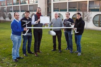 Bertikalean aireratu zein lur hartu eta hegazkinek bezala hegan egiten duen dron hibridoa