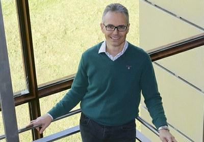 Ángel Rubio Materialen Fisikako katedraduna saritu du Alemaniako Fisika Elkarteak